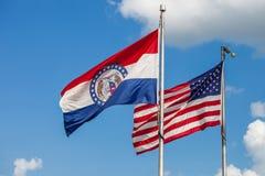 Banderas que agitan de los Estados Unidos y del estado de Missouri con fotografía de archivo