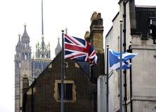 Banderas que agitan en el palacio de Westminster Imágenes de archivo libres de regalías