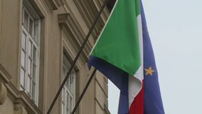 Banderas que agitan en viento almacen de metraje de vídeo