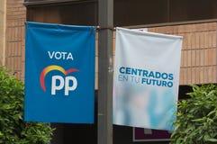 Banderas que cuelgan en la calle del partido pol?tico de los PP para el europeo y las elecciones municipales imágenes de archivo libres de regalías