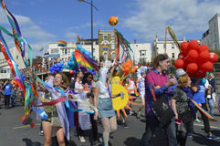 Banderas que llevan y banderas de la gente en el desfile de orgullo gay colorido de Margate Fotos de archivo libres de regalías