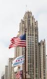 Banderas que soplan por la torre vieja de Chicago Fotos de archivo