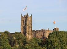 Banderas que vuelan la iglesia y el castillo del priorato de Lancaster Imagenes de archivo