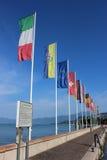 Banderas que vuelan, puerto, Bardolino, lago Garda, Italia Imágenes de archivo libres de regalías