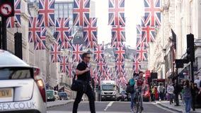 Banderas reales en la boda real anterior de la calle regente