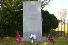 Banderas rebeldes y monumento confederado Foto de archivo libre de regalías