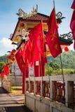 Banderas rojas chinas en fondo del cielo azul con las puertas grandes imagen de archivo libre de regalías