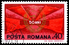 Banderas rojas e insignia del Partido Comunista, 50.o aniversario del serie rumano del Partido Comunista, circa 1971 foto de archivo