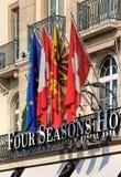 Banderas sobre la entrada al hotel Les Bergues de cuatro estaciones imagen de archivo