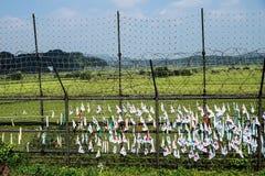 Banderas surcoreanas en una cerca en la zona desmilitarizada DMZ en el puente de la libertad, Corea del Sur, Asia Imagen de archivo