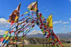 Banderas tibetanas del rezo con la pagoda Imagen de archivo libre de regalías
