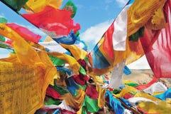 Banderas tibetanas del rezo en la ladera Imagen de archivo libre de regalías