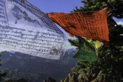 Banderas tibetanas en el viento de collor del papel pintado de la montaña foto de archivo