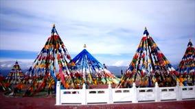 Banderas tibetanas, pagodas, templos y estructuras religiosas almacen de metraje de vídeo