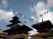 Banderas tradicionales del rezo del Nepali delante de un complejo del templo Foto de archivo