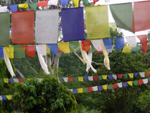 Banderas tradicionales del rezo del Nepali en Lumbini Fotos de archivo libres de regalías