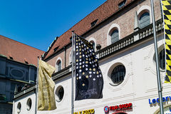 Banderas verticales de la ejecución delante del edificio Foto de archivo