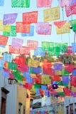 Banderas y decoraciones mexicanas multicoloras de la calle fotografía de archivo libre de regalías