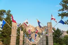 Banderas y el monte Rushmore del estado Fotos de archivo libres de regalías
