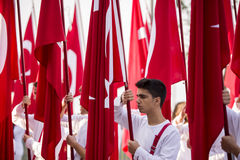 Banderas y estudiantes de Turish Fotografía de archivo libre de regalías