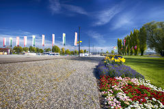 Banderas y flores a lo largo del puerto en el cente de la ciudad de Kreuzlingen Fotos de archivo