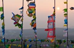 Banderas y Hadak del rezo en la puesta del sol en la República de Buriatia Imagenes de archivo
