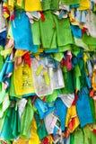 Banderas y Hadak del rezo en la puesta del sol en la República de Buriatia Datsan Rinpoche Bagsha en la montaña calva en Ulán Udé Fotos de archivo libres de regalías