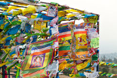 Banderas y Hadak del rezo en la puesta del sol en la República de Buriatia Datsan Rinpoche Bagsha en la montaña calva en Ulán Udé Imágenes de archivo libres de regalías