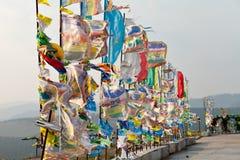 Banderas y Hadak del rezo en la puesta del sol en la República de Buriatia Datsan Rinpoche Bagsha en la montaña calva en Ulán Udé Fotografía de archivo