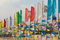 Banderas y Hadak del rezo en la puesta del sol en la República de Buriatia Datsan Rinpoche Bagsha en la montaña calva en Ulán Udé Fotos de archivo