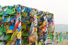 Banderas y Hadak del rezo en la puesta del sol en la República de Buriatia Datsan Rinpoche Bagsha en la montaña calva en Ulán Udé Fotografía de archivo libre de regalías