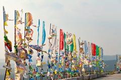 Banderas y Hadak del rezo en la puesta del sol en la República de Buriatia Datsan Rinpoche Bagsha en la montaña calva en Ulán Udé Imagen de archivo libre de regalías
