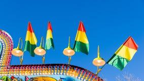 Banderas y luces coloridas en un parque de atracciones Imagenes de archivo