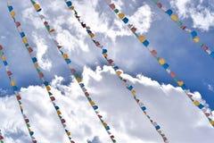 Banderas y nubes del rezo en el valle de Shuangqiao, Sichuan, China imagen de archivo