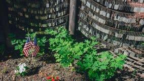 Banderas y placas de identificación de los E.E.U.U. en el jardín conmemorativo del norte viejo para conmemorar a soldados caidos, imagen de archivo