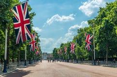 Banderas y turistas de Union Jack en la alameda en Londres fotos de archivo
