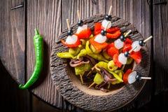 Banderillas épicés avec des poivrons, des olives et des anchois pour le corrida espagnol Photographie stock libre de droits