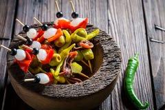 Banderillas avec les ingrédients frais pour le corrida espagnol Photos stock