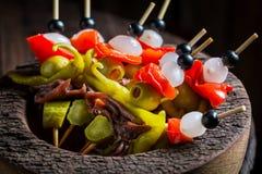 Banderillas délicieux avec des poivrons, des olives et des anchois pour le corrida espagnol Image libre de droits