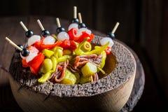 Banderillas faits maison avec des poivrons, des olives et des anchois pour le corrida espagnol Photo libre de droits