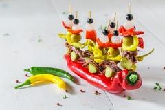 Banderillas faits maison avec des poivrons, des olives et des anchois pour une partie Image stock