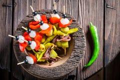 Banderillas faits maison avec les ingrédients frais pour le corrida espagnol Photo stock