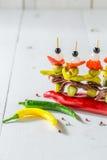 Banderillas savoureux avec des poivrons, des olives et des anchois pour le corrida espagnol Photo stock
