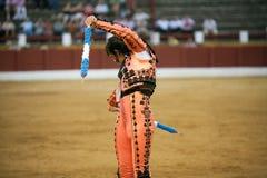 Banderillero, le toréador qui, à pied, place les dards dans le taureau Photos stock