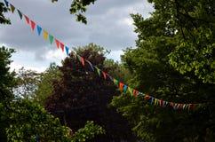 Banderines medievales que agitan en el cielo Foto de archivo