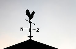 Banderuola nera sotto forma di gallo Fotografia Stock