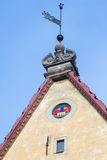 Banderuola sulla cima del tetto della casa medievale fotografia stock