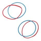 Bandes élastiques élastiques rouges et bleues d'isolement sur un fond blanc Photos libres de droits