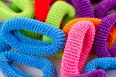 Bandes élastiques multicolores de cheveux groupées Photos stock