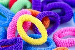 Bandes élastiques multicolores de cheveux groupées Photo libre de droits